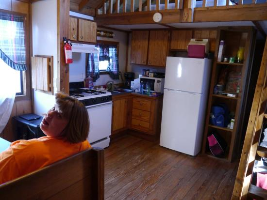 Prospectors RV Resort : Dining and kitchen area