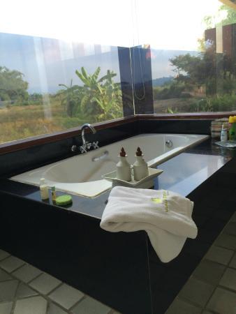 Manee Dheva Resort & Spa : Vistas desde el cuarto de baño