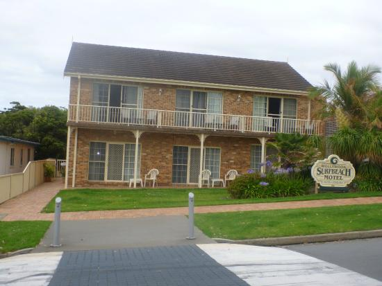 Mollymook Surfbeach Motel & Apartments: Hotel at the back, beach and park views