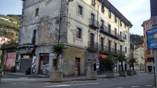 Oyarbide Hotel: asi es de verdad el hostal por fuera