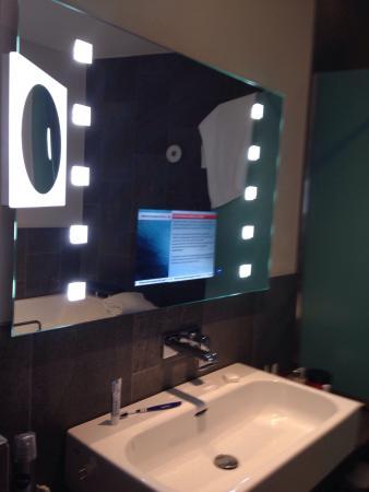 Tv in de spiegel van de badkamer!! - Foto van Hotel Mainport ...
