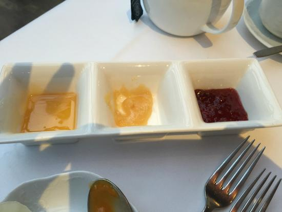 Sailauf, Deutschland: Stylish plate for jams and honey; clean and neat
