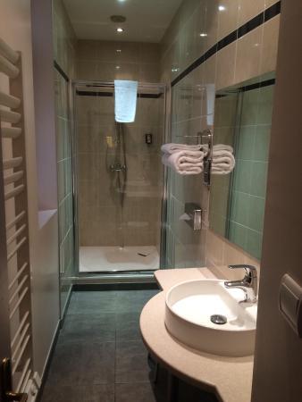 Salle de bain avec baignoire balnéo - Picture of Le Phenix Hotel ...