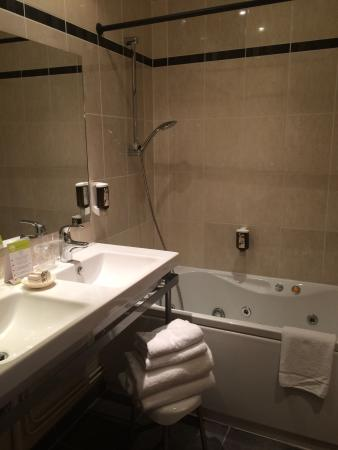 salle de bain avec baignoire baln o photo de le phenix hotel lyon tripadvisor. Black Bedroom Furniture Sets. Home Design Ideas