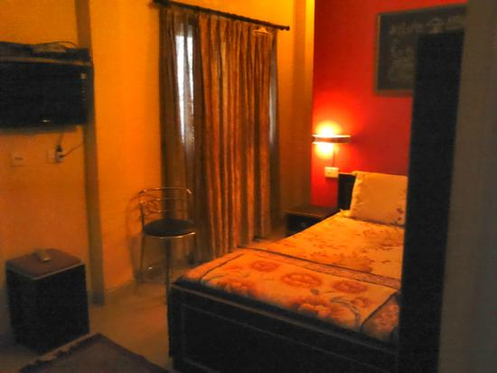 Leela Guest House: Deluxe King room with balcony
