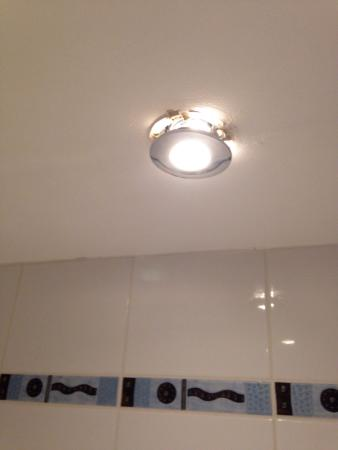 Holiday Inn Ellesmere / Cheshire Oaks: Dodgy light fitting above the bath/shower