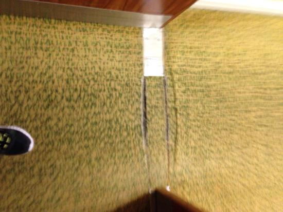 Holiday Inn Ellesmere / Cheshire Oaks: Threadbare carpet in the hallway in need of replacing.