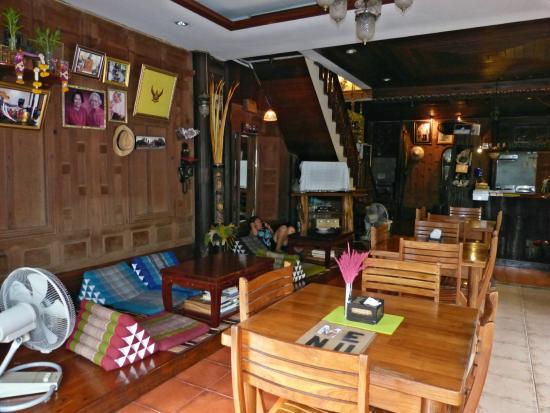 Sri-Ayuttaya Guest House: Restaurante da pousada visto do lado da avenida. Ao fundo a escada que vai para os quartos.