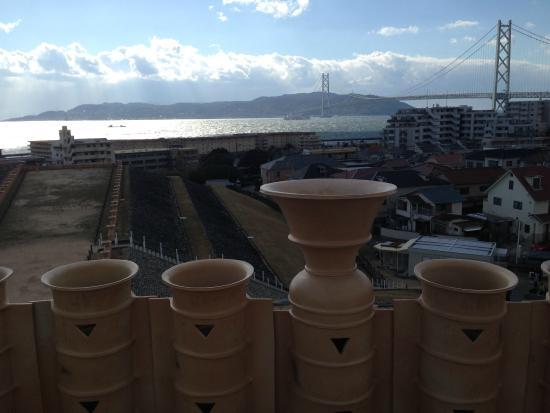 Goshikizuka Tomb: 明石海峡と明石海峡大橋を眺めるロケーション