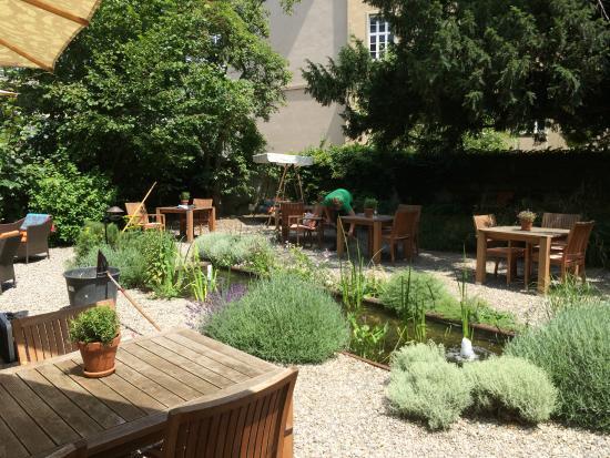 Steinenschanze Stadthotel: Die Gartenoase im Sommer wird regelmässig gepflegt