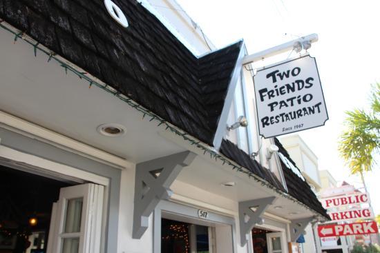Two Friends Patio Restaurant: Placa Do Restaurante