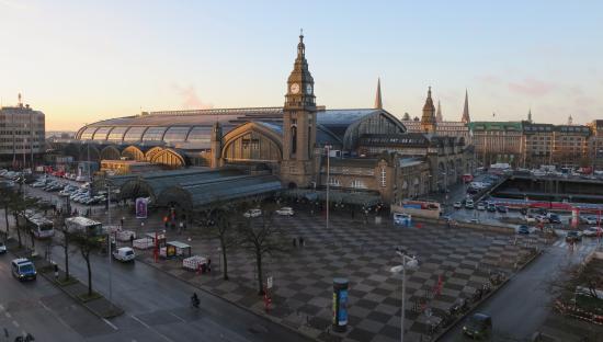 Novum Hotel Continental Hamburg Hauptbahnhof : View of Station from Room