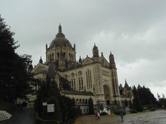 Café de la Basilique : Vista da Basílica a caminho do Café