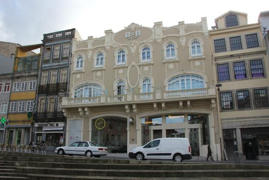 fa ade de l 39 h tel depuis la place batalha picture of moov hotel porto centro porto tripadvisor. Black Bedroom Furniture Sets. Home Design Ideas