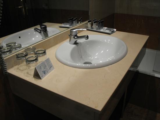 Andia Hotel Pamplona : LAVABO