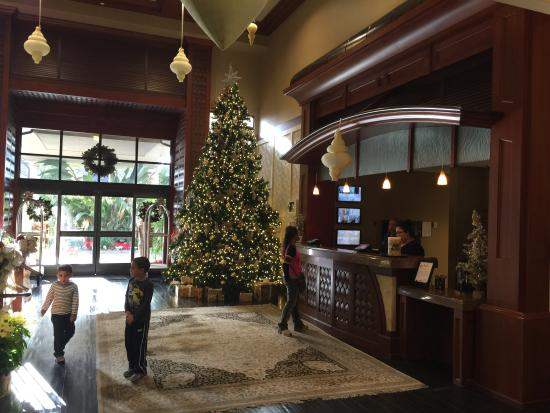 West Inn & Suites Carlsbad: Front desk with Christmas tree