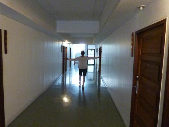 LemonSeed Rooms: spacious well lit corridors