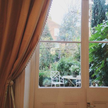 Mountview Guesthouse: View of the garden from the breakfast table