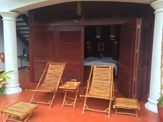 Sanctuary Pakbeng Lodge: terrace and room