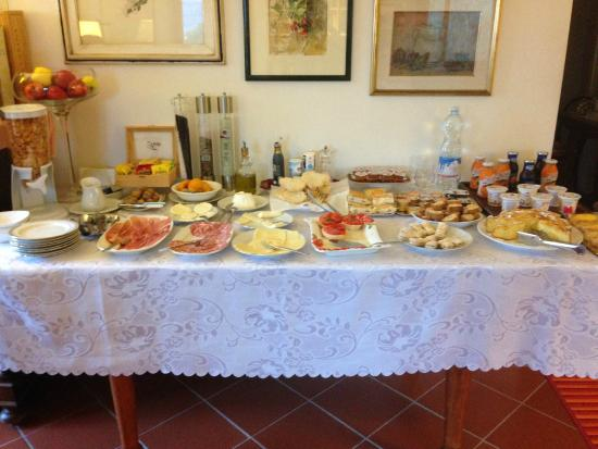 I Coppi: Display of Anna's wonderful breakfast, which was beautifully arranged and wonderfully fresh