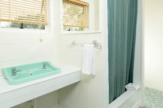 Marina Court Motels And Apartments : 1 bedroom bathroom