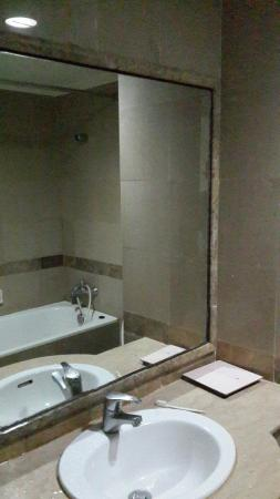 Hotel Kaisar: Lampu kamar mandi yang tidak terang
