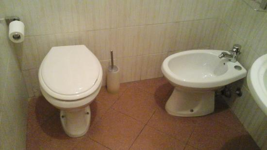 Hotel Joli: toilet and bidet