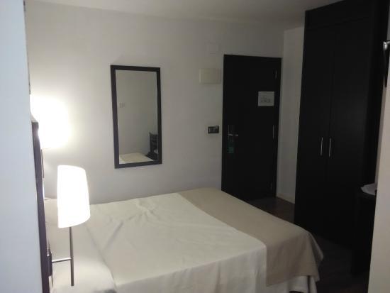 Hotel Maza: Habitación. La cama es cómoda