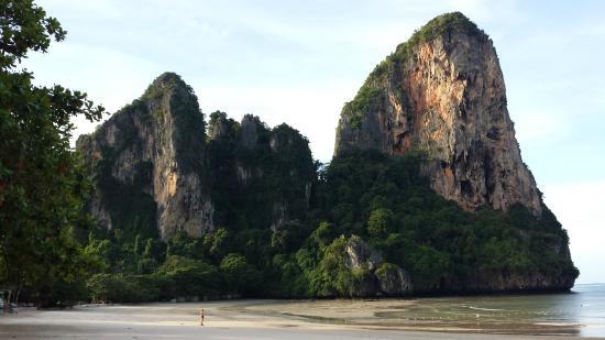 Railay Village Resort: The limestone cliffs that border the Railay Beach