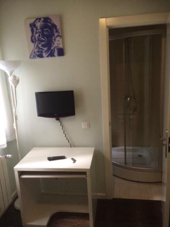 Hostal Pizarro: Mini TV & Dusche