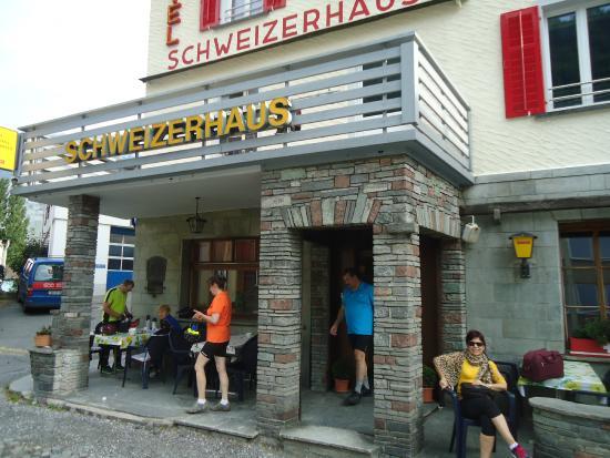 Hotel Schweizerhaus: En la planta baja un bar