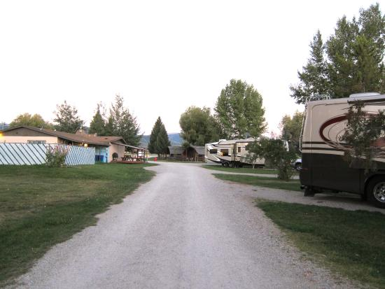 Teton Valley RV Park: Backwards view towards office on left across from sites 107-104