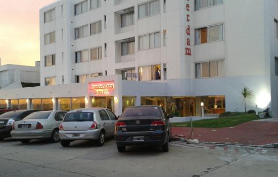 """Amsterdam: el frente y """"estacionamiento"""" del hotel"""