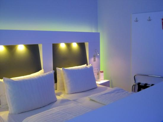 Clarion Collection Frankfurt Central Station: Bed with color lights