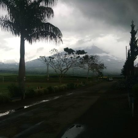 Kayu Aro, Indonesia: View to Mount Kerinci, this beautiful view from the parking lot of homestay