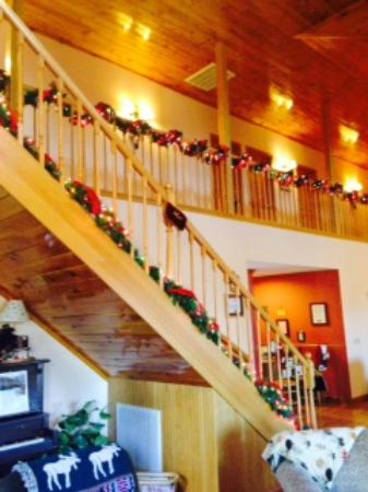 Berry Springs Lodge: Beautiful garland on the stairs