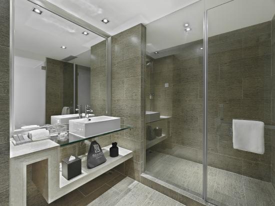 Butterfly on Prat - Signature Series Bathroom
