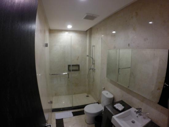 Royal Hotel: Shower bathroom