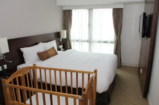 Somerset Grand Hanoi : Main bedroom with baby cot