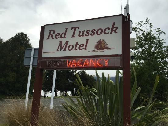 Red Tussock Motel: Cannot miss this Sign