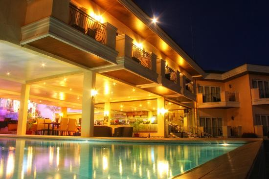 The Lake Hotel Tagaytay : The Lake Hotel at night