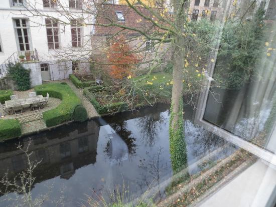 Walwyck Hotel Brugge: Canal view from our room