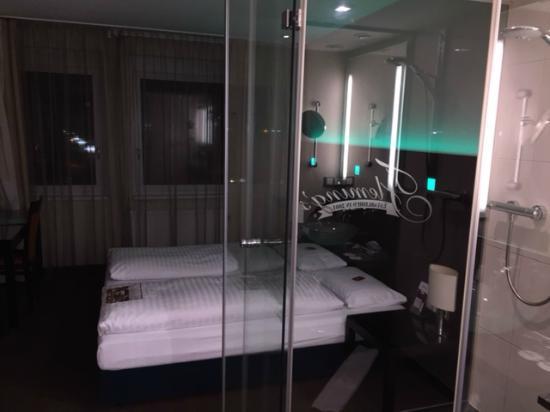 Doppelbett Und Glasdusche Bild Von Fleming S Conference Hotel Wien