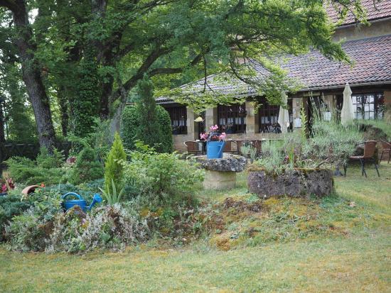 Auberge de Castel Merle : Garden view towards dining room