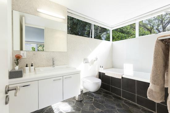 CUBE Guest House: Comb View Bathroom