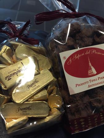 I Sapori del Piemonte: Ho acquistato due confezioni di dolcetti: gianduiotti e biscotti alla nocciola ricoperti da caca