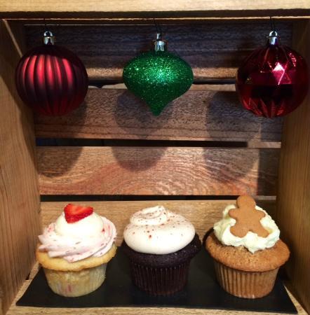 Happycakes Cupcakery: Strawberry White Chocolate, Chocolate Rum Cinnamon, Gingerbread