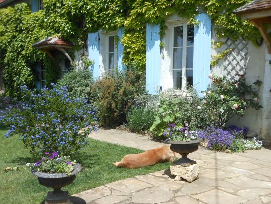 Auberge de la Tuilerie : Spring in the front yard