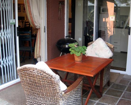 Brown Jug Guest House: Patio - outside French doors