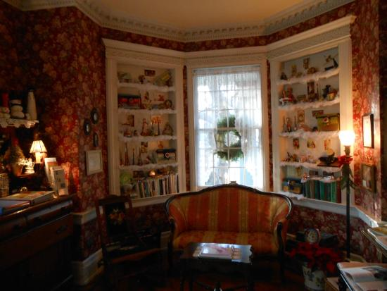 Main Street Manor Bed & Breakfast Inn: Library decorated with old toys for the holiday